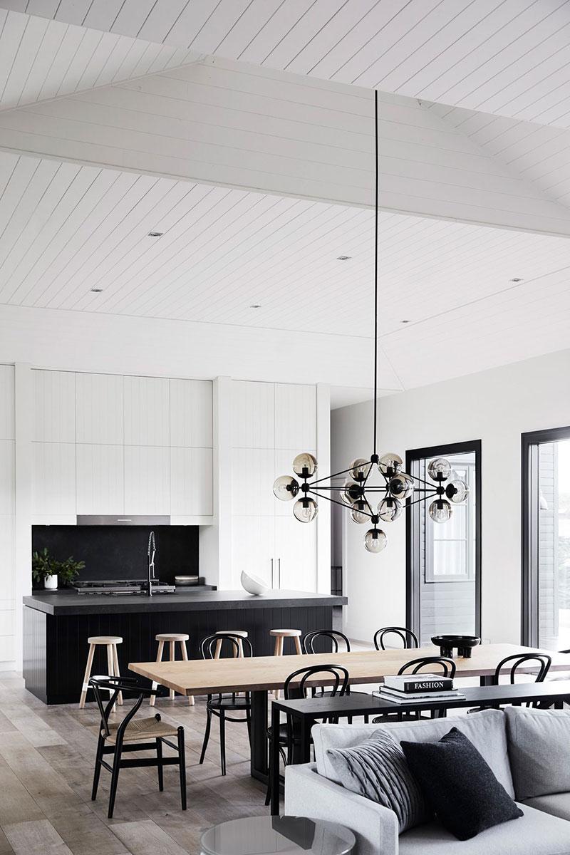 Необычный дом с чёрным фасадом в Австралии